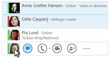 Skærmbillede med kontakter og deres status vises, og ikonet Chat er fremhævet