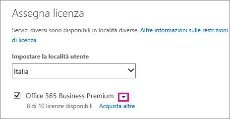 Screenshot del menu Assegna licenza con l'elenco di servizi compresso e la freccia in giù evidenziata.